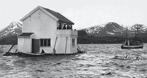PÅ vei: Husene på Forøya ble flyttet på flåter av tomme oljefat.
