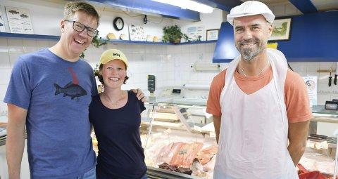 Lykkelige: Kristine G. Kjelsrud og Geir Cato Kristiansen er i Tvedestrand for å kjøpe fisk til midtsommerfesten lørdag.