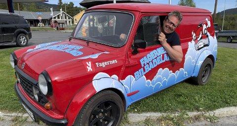 Realiserte drømmen: – Ja, for en herlig bil, jeg har lenge drømt om å eie en slik og da jeg fikk tilslaget på denne fra Oddvar Kollstad, var det lett å bestemme seg, sier Olav Øraker, som driver YZ-stasjonen på Fagernes og i Ryfoss.