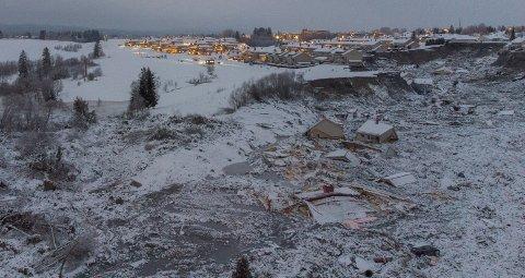 LISKREDET GANGER HUNDRE: Dronebilde av det 350 dekar store kvikkleireskredet i Ask i Gjerdrum, der sju personer er funnet omkommet og tre er savnet per 8. januar.