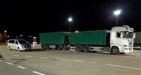 TITUSENER I GEBYR: Føreren av dette vogntoget kjørte med for tung last og for lang bil på Gamle Mossevei. Det kostet føreren dyrt.