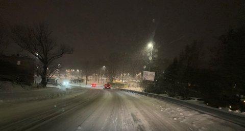 Snøen laver ned og legger seg i veibanen. Slik som her på Seiersten i Drøbak.