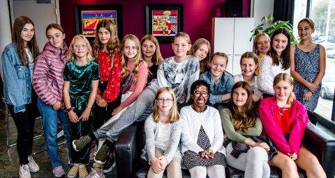 MORSOMT PÅ KINO: De fleste av de bursdagsfeirende tolvåringene samlet før de skal inn i kinoen å se film. Bursdagsjenta Karoline sitter i nederste rad, nummer tre fra høyre.