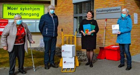 FIN GAVE: Moerhjemmets venner ved Anne-Grethe Kolnes (t.v.), Erling Tveit og Gro Rønningen (t.h.) leverte en stor gave med lokalhistorieske bøker til avdelingsleder Julia Korniyenko som mottok på vegne av Moer sykehjem.