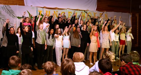 MANGE: Det var til tider folksomt på scenen i gymsalen på Solvang ungdomsskole under premieren på «Jungelboken». Et skikkelig samarbeidsprosjekt med elever fra flere klassetrinn.