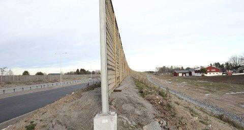 SKJERMING: Innleggsforfatteren har lagt ved dette bildet som stammer fra bilde byggingen av ny E18 i Sandefjord i 2013. Høye støyskjermer ble satt opp langs nesten hele strekningen fra Tønsberg til Sandefjord. Foto: Privat