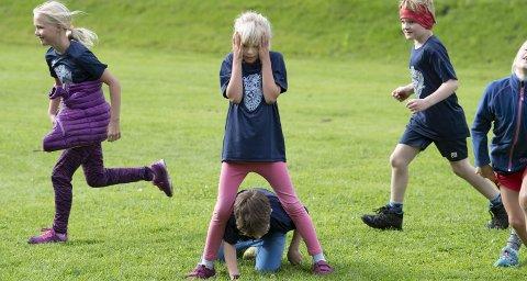 Susanna Sirks Vevle (8) og de andre barna på Vikings sommerleir i friidrett har fått en uke med aktivitet. Men generelt sitter norske barn for mye stille.