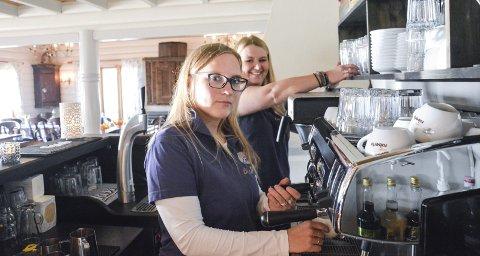 SKJER NOE HVER DAG: Inger Marie Aasen Bjerkerud og Martha Kristin Gaptjern har hatt mange ubehagelige opplevelser i kafeen på Gulsvik. Neste år kommer opplevelsene på «Åndenes makt».
