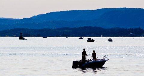 Folk nyter sommeren i båt i Oslofjorden.