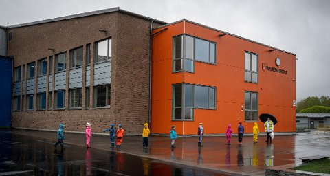 Dette bildet er fra gjenåpningen etter nedstengning på tampen av april i fjor. Barna på Solberg skole kom her tilbake etter flere uker med hjemmeskole.