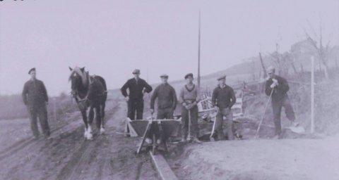 Steinsetting: Steinsetting ved Temte gård i Krokstadelva, gården i bakgrunnen er Horgen. Bildet er tatt ca. 1942. Kilde: Eiker Arkiv.