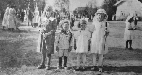 17. maifeiring:  Bildet er fra middelskolen i Hokksund. Fra venstre: Ruth Haug, søskenparet Kruke og Rakel Østerud. Det hvite huset i bakgrunnen tilhørte Regine Humlebæk. Kilde: Eiker Arkiv.