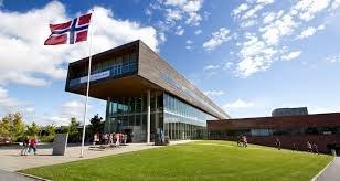 Anine Trømborg skriver på vegne av flere studenter som tar en alternativ vei til læreryrket. Bilde fra lærerutdanningen på Remmen i Halden. (Arkivfoto: Høgskolen i Østfold)