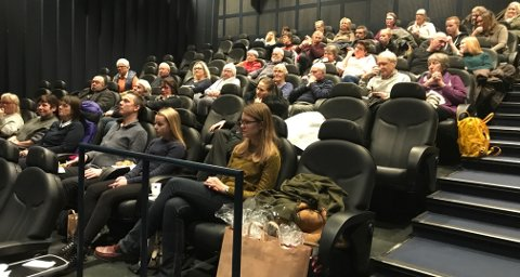 """Rundt 50 personer hadde trukket inn fra kulden for å få med seg visningen av den norske komedien """"Rett vest"""" under Nordisk Filmdag på Fredrikstad kino. Etter filmen var det satt av tid til Filmprek med skuespiller Ingar Helge Gimle og regissør Henrik Martin Dalsbakken."""