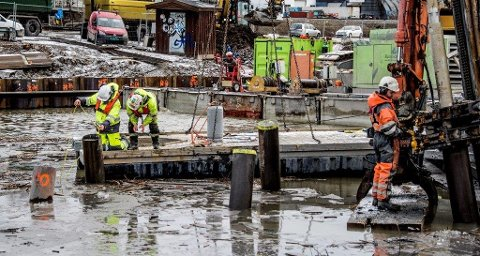 Geoteknikerne Yngvar Hansson og Espen Fiskum i Multiconsult kontrollerer boredybden i forbindelse med byggingen av den nye Simo-Ørebekk-forbindelsen i 2016.