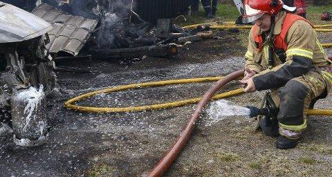 VENTER PÅ SVAR: Politiet venter fortsatt på svar om brannårsaken der to personer mistet livet pinsaften.