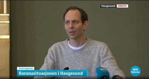 FORTSATT NYE SMITTEDE: Kommuneoverlege Jostein Helgeland under Haugesunds pressekonferanse tordag.