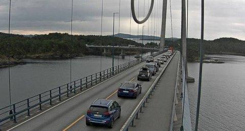 E 39: Trafikken står i ro, her ved Stordabrua klokken 14.47.