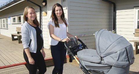 I forkant: Gravide Ina Leikvoll Larsen og Marte Stokset Leikvoll gleder seg over babyboom i Vadsø. De håper at politikerne allerede nå kan se på behovet for barnehageplasser til neste år.