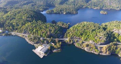 TAPPES NED: De tre innsjøene som nå skal tappes ned renner ut i Grummestad vannet, som sees i bakgrunnen for det tidligere tresliperiet innerst i Fossingfjorden. (Foto: Fossing Storsmolt)