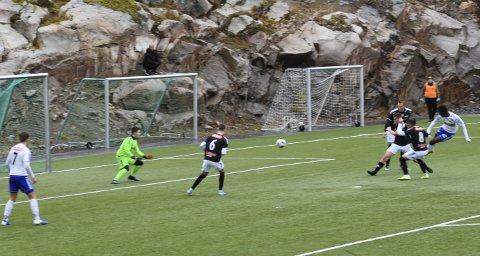 Scoring: Ade Pratt sendte FK Lofoten i føringen i kampen mot Sortland etter 14 minutter. Sluttresultate ble 5-4 til hjemmelaget.Foto: Kristian Rothli