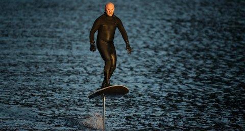 Her har Roland Hummer full kontroll på det elektriske surfebrettet.