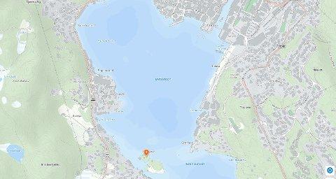 FLØT RUNDT: Brannvesnet i Flekkefjord måtte redde to jenter på en oppblåsbar plastkrokodille ved Fiskeskjær.