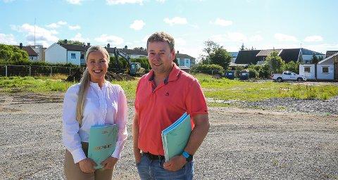 GIKK UNNA: Meglerne Vilde S. Johnsen og Tommy Skovly fra Meglergaarden har nesten gjort rent bord ved salg av de kommende boligene på den tidligere gartneritomta i Varnaveien i Moss.
