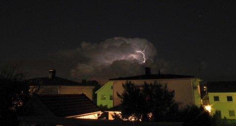 Storm Ellen dro med seg mengder med nedbør og tordenvær, og det er registrert mange tusen lynnedslag fredag.