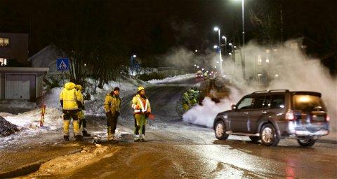 Mandag kveld var det påny stans og manuell dirigering i Langnesvegen i Tromsø. Kommunen ble ikke ferdig med asfaltarbeidene før kulda  satte inn i oktober.
