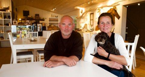 TOMT: Pandemien tømte hotellet. Nå krysser Evind Halsnes og Maria Søbstad fingrene for at situasjonen skal bli normal igjen. De savner gjestene.