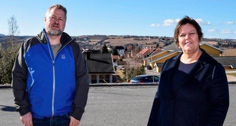 DIGITAL OMSORG: Jan Arild Brandshaug og Lisbet Kjøniksen i helse- og omsorgstjenesten i Østre Toten innførte digital teknologi i ekspressfart da koronakrisen inntraff.
