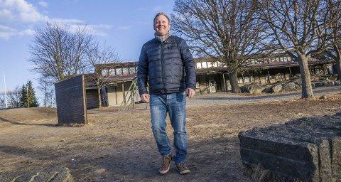 Bedre oppmøte i år? Even Borvik (Sp), leder i kultur- og oppvekstkomiteen, utenfor Frostvedt skole i slutten av februar.Arkivfoto: Lasse Nordheim