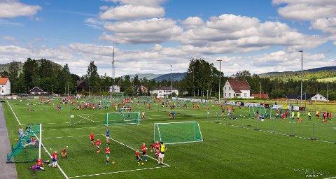 FLOTTE FORHOLD: Fotballskolen bestod av både trening og kamper.