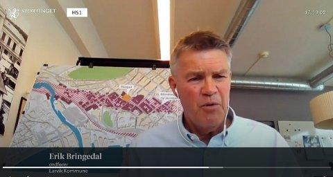 BLE HØRT: Tirsdag fikk ordfører Erik Bringeal mulighet til å legge fram Larviks InterCitys-sak for Stortingets transport- og kommunikasjonskomite. Her viste han også fram kart over hvor stor båndleggingen i Larvik sentrum nå er.