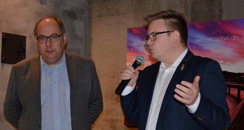 UENIGE: Opplands fylkesordfører Even Aleksander Hagen (Ap), til høyre, mener det er uhørt hvis Hedmarks fylkesrådsleder Per-Gunnar Sveen (Ap) kommer til forhandlingsbordet med bundet mandat på hvor hovedsetet for den nye fylkeskommunen skal ligge.