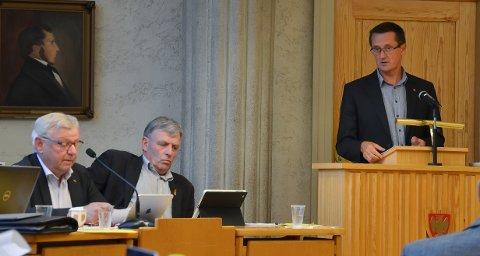 SPØR: Ingvar Midthun (Ap) spør ordføreren om status i vegsaken. Bildet er fra et tidligere kommunestyremøte.