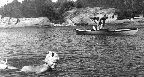 Sommerferie: Artikkelforfatter Eva plasker i lunkent vann i Bekkevika i 1949. Foto: Eva Bellsund/Privat
