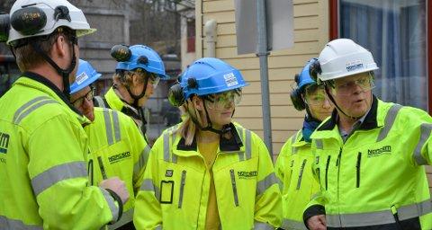 ENGASJERT: Olje- og energiminister Tina Bru (H) på sitt besøk til Brevik og Norcem lørdag. Her med direktør for bærekraft i HeidelbergCement Northern Europe, Per Brevik (til høyre).