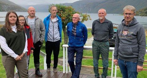 Fra møtet i Melfjorden mandag ser vi blant andre Rødøy-ordfører Inger Monsen (t.v.) og dekningsdirektør Bjørn Amundsen (t.h.) fra Telenor.