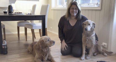 Et hundeliv: Med to Golden retrievere ved sin side bruker Trude Hustad mye tid på å trene hundene, og å delta på kurs og i konkurranser. – Det gir utrolig mye, sier hun.