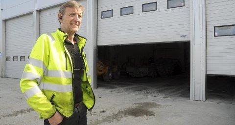 TRANSPORT: Det har blitt stadig mer lastebiltransport på Roar Lierhagen de siste årene, men han kjører fremdeles flishogger og andre skogsmaskiner så snart anledningen byr seg. Han ser på seg sjøl som tømmerhogger og liker seg best i skogen.