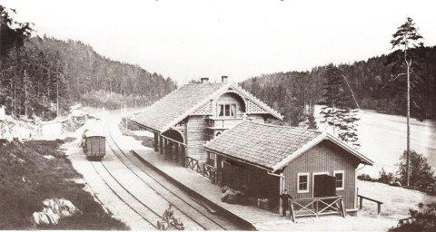 Hen stasjon 1875: Knutepunkt for reisende med tog og båt. Bildet er utlånt av Kristoffer Drolsum.