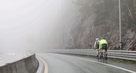 VÅTT: Det var vått på veiene og tåkete noen steder da Nordmarka rundt ble arrangert søndag. En Oslo-mann ble hentet med ambulanse etter en ulykke i Sønsterudtunnelen.