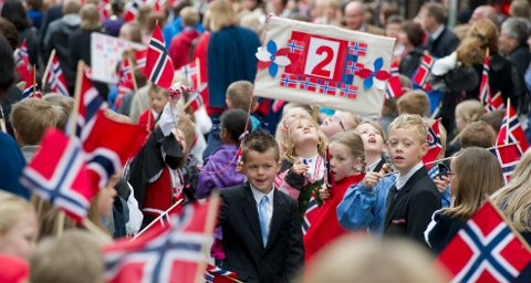 BARNETOG: 17. mai slik vi er vant til det: Tett med folk og flagg. I år må vi holde mer avstand.