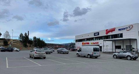 FLAKS: Det var hell i uhell at en bilmekaniker spaserte ut av butikken og oppdaget røykutviklingen i bilen på Hvervenkastet onsdag ettermiddag.