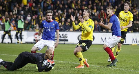 BARE NESTEN: Vålerengas keeper Adam Larsen Kwarasey får grepet om ballen og LSK-spiss Thomas Lehne Olsen fortviler. FOTO: NTB scanpix