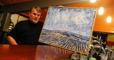 Morten Ringdal med ett av de ni maleriene som skal pryde veggene på Draaben ut februar.
