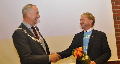 VENNER:Ordfører Stanley Wirak og varaordfører Pål Morten Borgli gratulerer hverandre etter og formelt ha overtatt styringen av Sandnes. Om klarer å bevare vennskapet når budsjettet skal vedtas gjenstår å se.