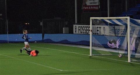 Sarpsborg 08-damene avsluttet sesongen i 2. divisjon avdeling 1 med 6-1-seier hjemme mot tabelljumbo Drøbak-Frogn onsdag kveld. Her ser vi Guro Svendsen sette inn 3-0 for sarpingene i 2. omgang. (Foto: Kjetil A. Berg)